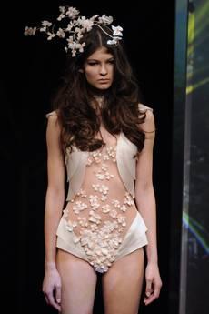 La lingerie della biondissima Zahia, sfila con abito lungo effetto nudo