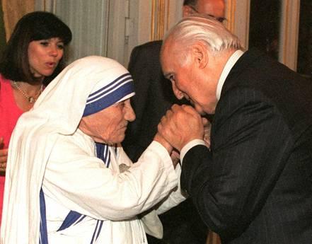 Il Presidente Oscar Luigi Scalfaro stringe le mani di madre Teresa di Calcutta