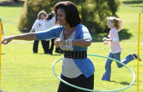 La First Lady Michelle Obama fa esercizi con la hula hop