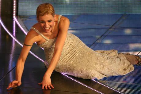Michelle Hunziker dopo la caduta sul palco del Teatro Ariston durante la serata conclusiva della 57m