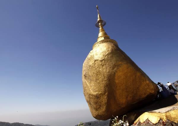 Myanmar, buddisti in pellegrinaggio nella Golden Rock Pagoda