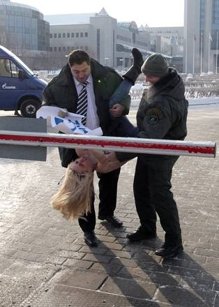 Le 'Femen' mezze nude a -25 in sede Gazprom