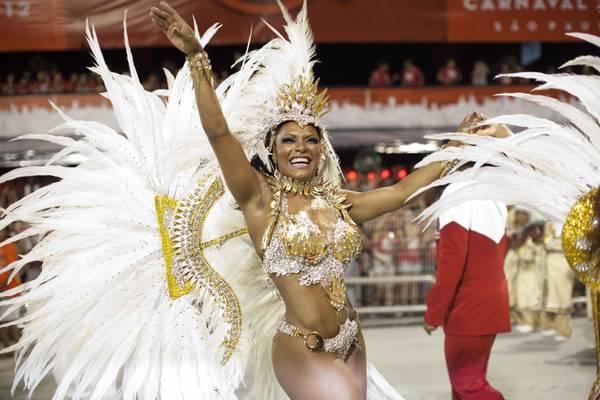 Carnevale Rio nel vivo con scuole samba. Seno nudo non e' piu tabu'