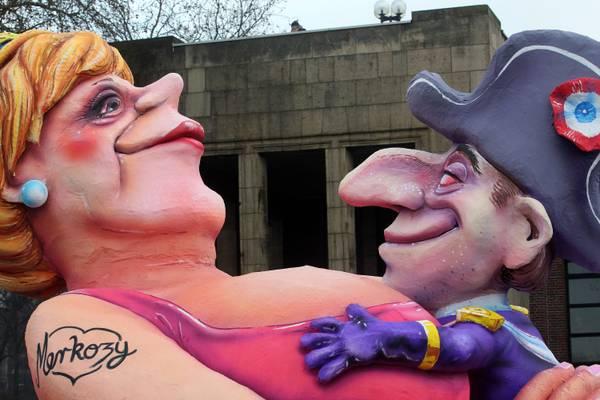 Carnevale a Duesseldorf: amoreggiano la Merkel e Sarkozy