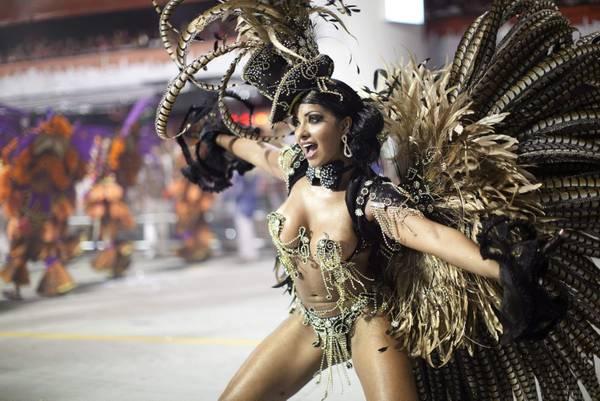 Una sambista del carnevale brasiliano