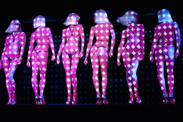Tra luci e sensualita' show al Crazy Horse