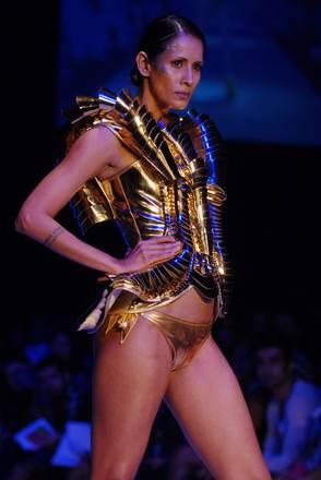 Un'idea di Swapnil Shinde alla settimana della moda a Mumbai