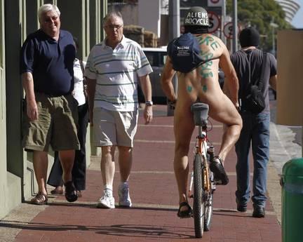 Tutti nudi in bicicletta a Cape Town attivisti protestano contro il caro petrolio