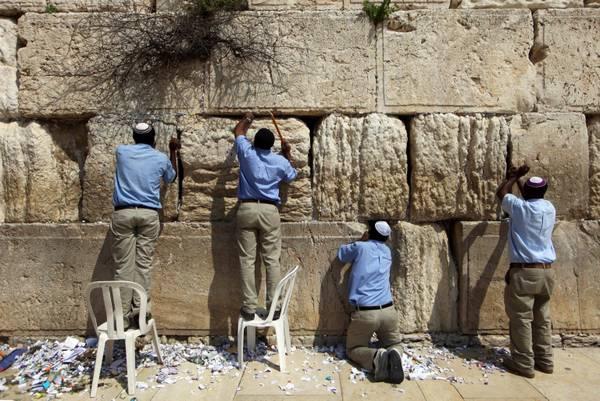 Gerusalemme: Arriva Pasqua, grandi pulizie al Muro del Pianto