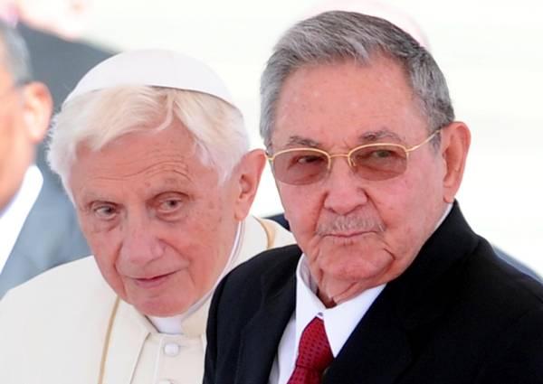 Papa Benedetto XVI con il presidente cubano Raul Castro