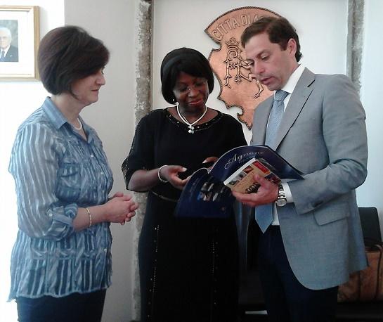 Manuela Lucas con il sindaco di Agnone (IS) Lorenzo Marcovecchio e la vice sindaco Linda Marcovecch