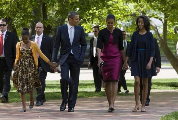 Il presidente e' accompagnato dalla moglie Michelle e dalle figlie Sasha e Malia.