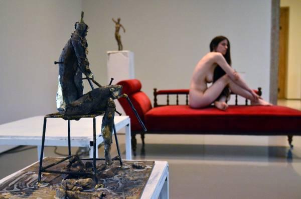 Scandaloso Fischer in mostra a Venezia. Una modella nuda sulle opere a palazzo Grassi