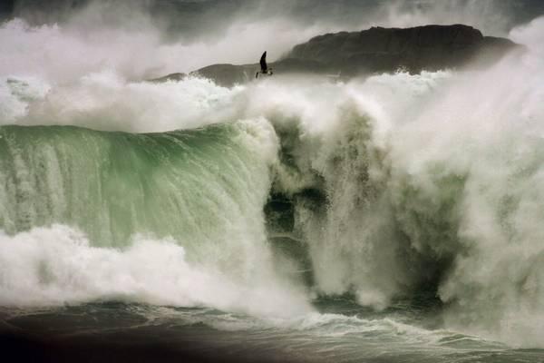 Un'onda gigantesca si infrange sulle coste della Galizia. All'allarme rosso
