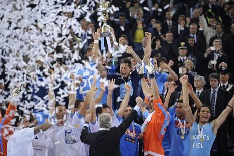 I giocatori del Napoli festeggiano con la Coppa Italia