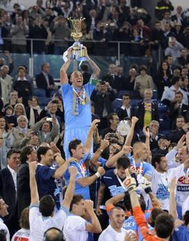 Paolo Cannavaro alza la Coppa Italia