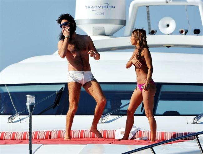 Il dittatore Sacha Baron fa il suo ingresso al Festival del Cinema di Cannes con Elisabetta Canalis