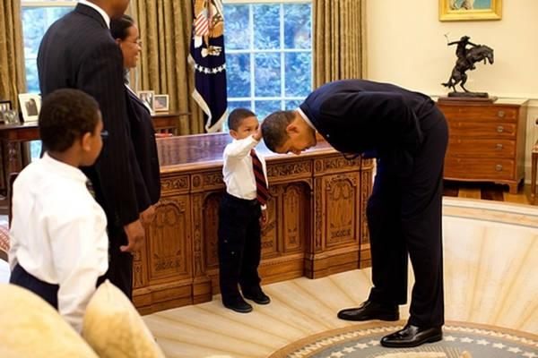'Posso toccarti i capelli?' Obama: 'Ok'