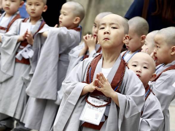 Seul, piccoli monaci buddisti in festa. Celebrazioni per il compleanno di Buddha