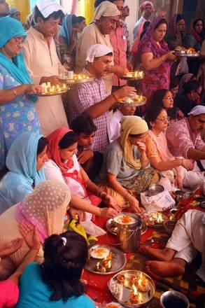 Celebrazioni nel tempio di Kheer Bhawani a Jammu (Kashmir)