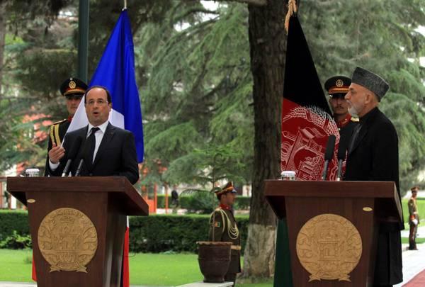 Presidenti a Kabul, uno accanto all'altro, Hollande e Karzai
