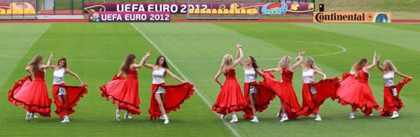 Le ballerine si esibiscono sul campo di gioco prima dell'allenamento della nazionale spagnola