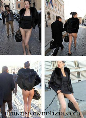Sara Tommasi del Bunga Bunga, mostra le sue calze fuori Montecitorio Roma