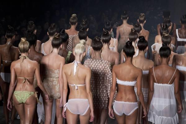 La sfilata della stilista Adriana Degreas durante la settimana della moda brasiliana
