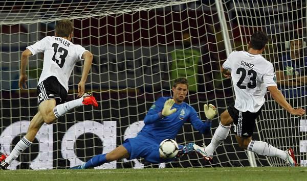 Il tedesco Mario Gomez segna l'1 a 0 contro l'Olanda