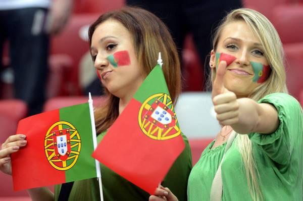 Quarti di finale in vista, tifosi in campo. Tifose del Portogallo