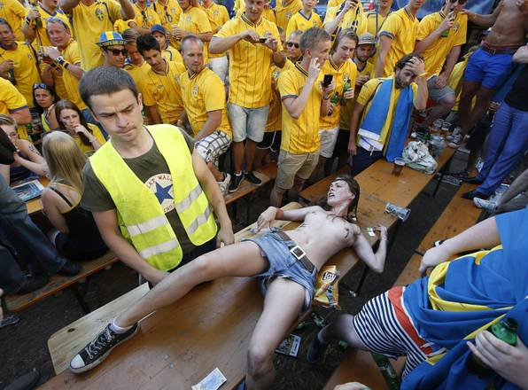La protesta Femen tra i tifosi, a Euro 2012