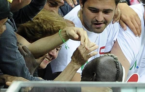 L'abbraccio tra Balotelli e la mamma
