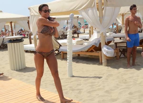 Nicole Minetti, show in spiaggia in Versilia. Consigliera regionale mostra fisico statuario