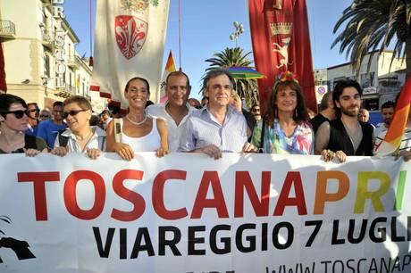 Un momento del gay pride a Viareggio. Celebrate 10 'unioni'