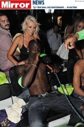 Balotelli a Saint Tropez tra alcol e narghile'