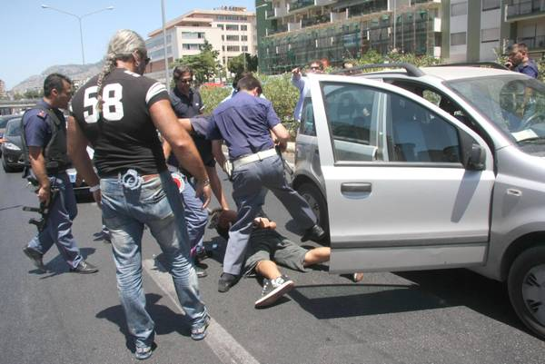 Palermo: Kalashnikov in auto, catturati nel traffico