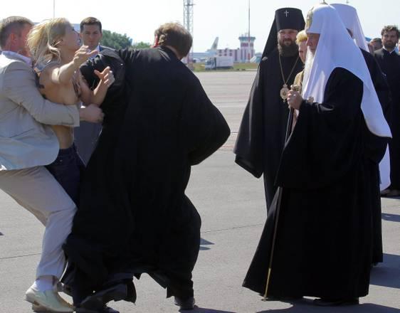Femen a seno nudo contro visita patriarca Kiev di Mosca Kirill, capo della Chiesa ortodossa Russa