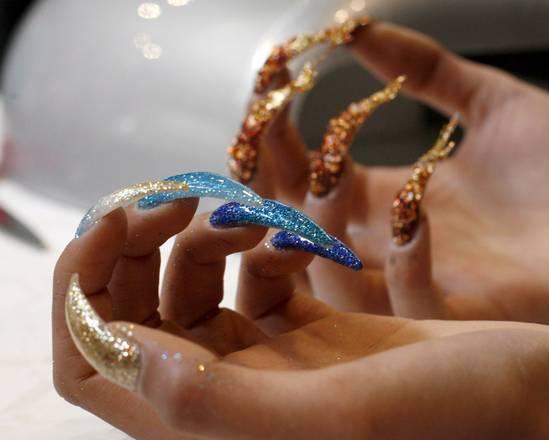 Spopola la nail art, unghie per tutti i gusti. Fiorate, zebrate, high tech