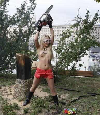 Pussy Riot, Femen tagliano croce vittime stalinismo