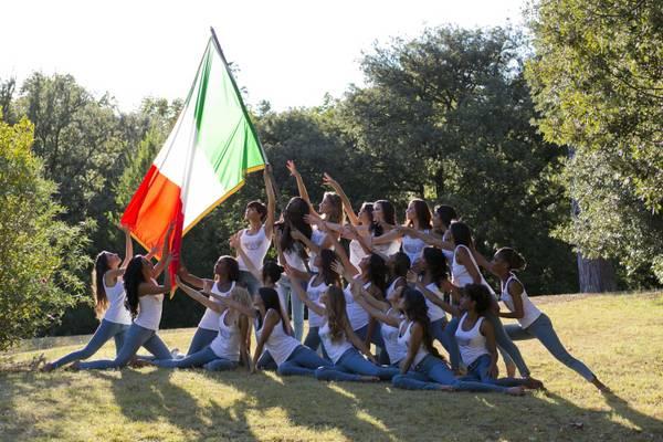 Miss Italia: omaggio immigrate al Tricolore. Un ragazza a Napolitano: 'Conceda la cittadinanza'