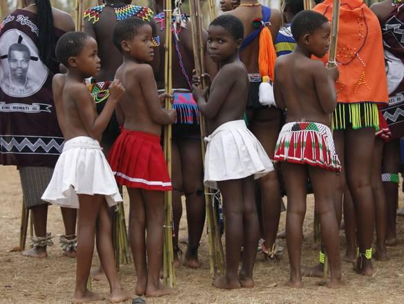 La danza delle giovani donne non sposate partecipano a 'Umhlanga' per diventare moglie del Re