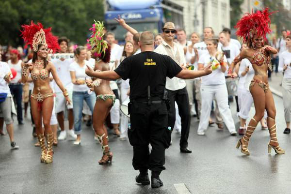 Parata multiculturale per le strade di Varsavia
