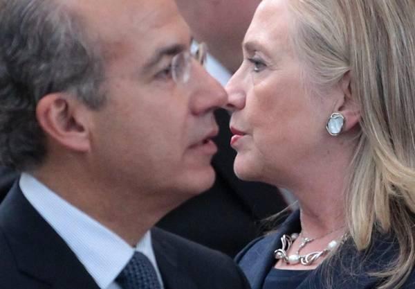 Il presidente messicano Felipe Calderon e il segretario di stato Usa, Hillary CLinton a Vladivostock