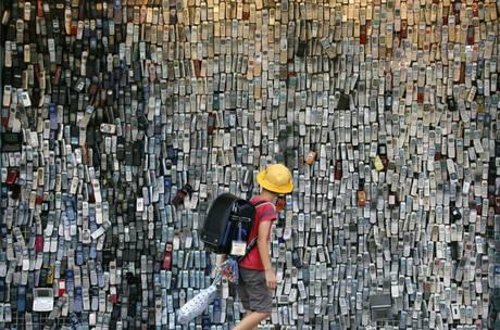 Su un muro di Tokyo oltre 6mila vecchi cellulari. Originale idea in Giappone