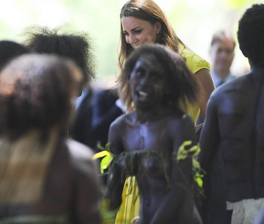 A seno nudo il picchetto d'onore per Kate