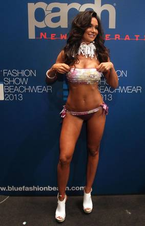 E ora Nicole Minetti fa anche la modella. Moda e politica si conciliano benissimo, dichiara