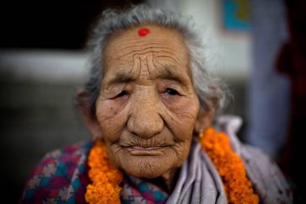Nepal, donna festeggia 104 anni con una ghirlanda al collo