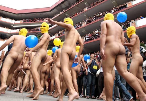 Film anti-islam, studenti protestano nudi in ateneo a Manila
