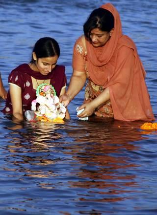 India: devoti indu' immergono Ganesha l'idolo elefante