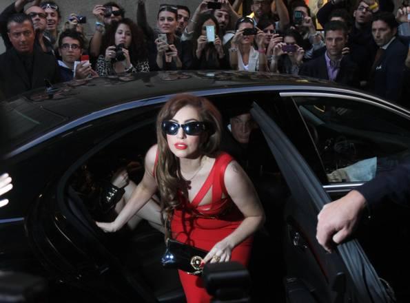 Concerto Lady Gaga comincia con un parto. Sold out a Forum Assago
